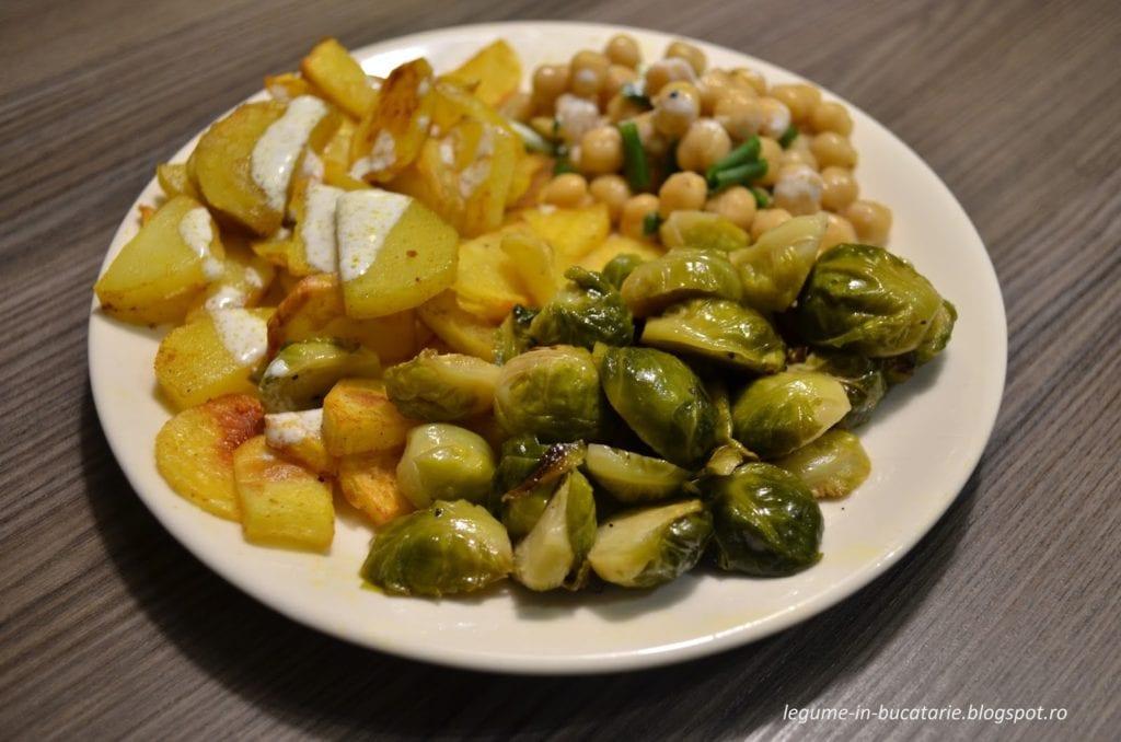 Varză de Bruxelles caramelizată, cartofi la cuptor, salată de năut și sos alb cu usturoi. Sursa foto: Da 'voi ce mâncați, Alexandră?