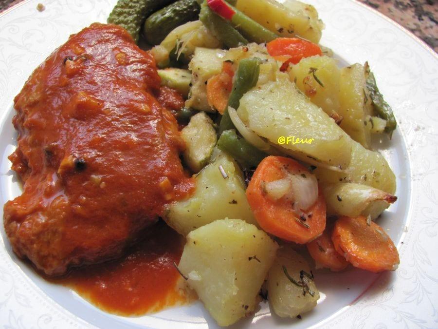 Friptură de seitan în sos de roșii cu legume la cuptor. Sursa foto: Fleurs Vegan Kitchen